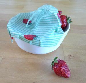 Erdbeeren in Schale mit Bienenwachstuch
